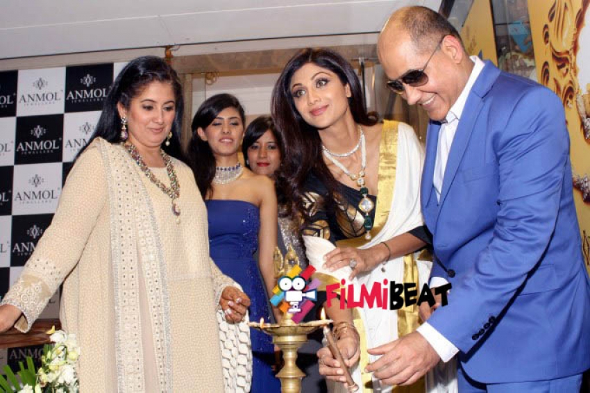 Shilpa Shetty launches Anmol Jewellers Exclusive Boutique Photos