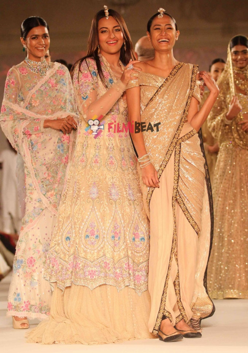 Tarun Tahiliani Fashion Show For Sahachari Foundation Photos