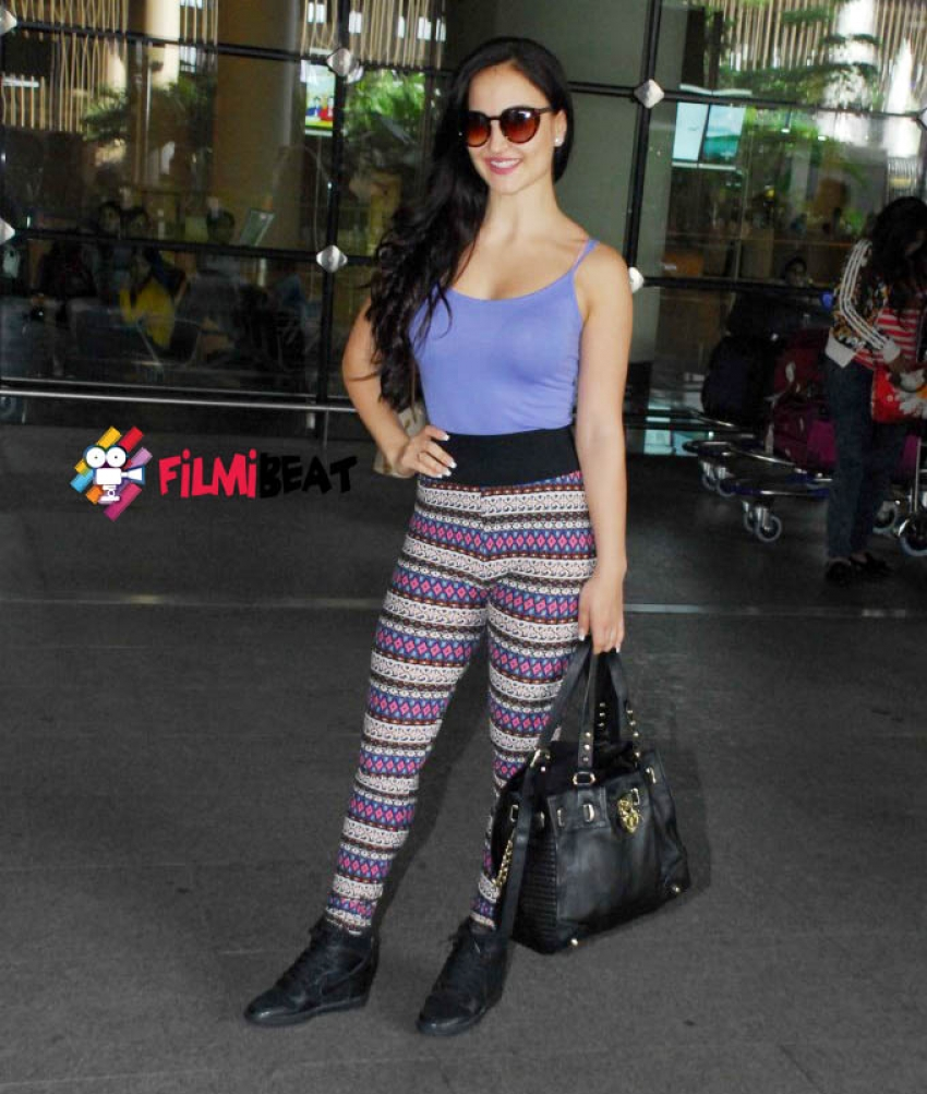 Elli Avram, Priyanka Chopra & Saroj Khan Snapped At Airport Photos