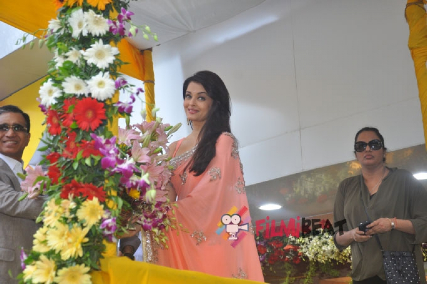 Aishwarya Rai Bachchan Inaugurates Kalyan Jewellers New Store Photos