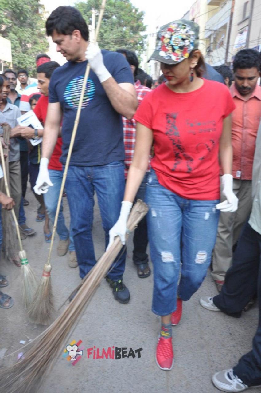 Manchu Lakshmi Participated In Swachh Bharat Photos