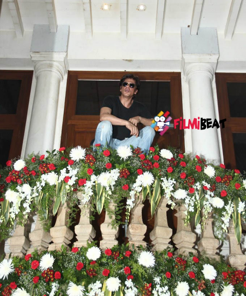 Shah Rukh Khan Celebrated His 49th Birthday At Mannat Photos