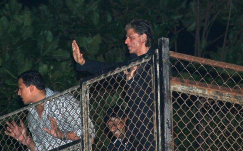 Shahrukh Khan Greets His Fans Midnight For His Birthday Photos