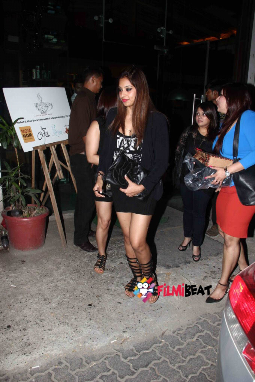 Bipasha Basu Snapped at Juhu Photos
