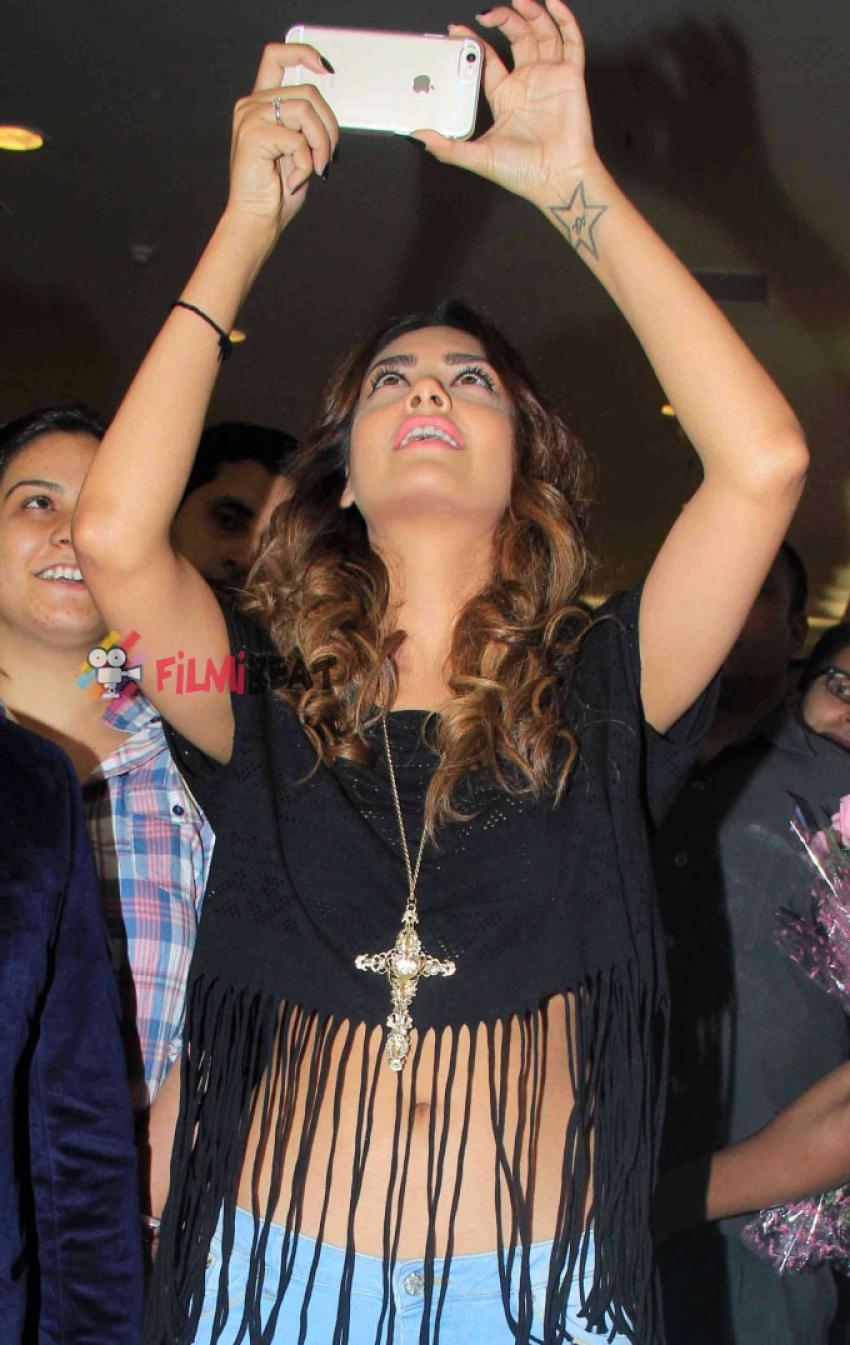 Esha Gupta Launches 2nd 'Splash Store' Photos