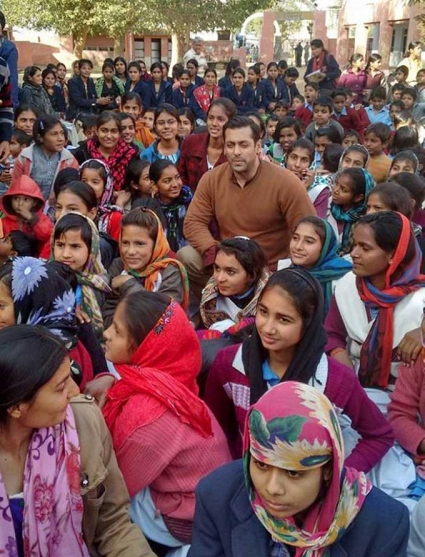 Salman Khan Surprises School Children on the Sidelines of Bajrangi Bhaijaan Shoot Photos