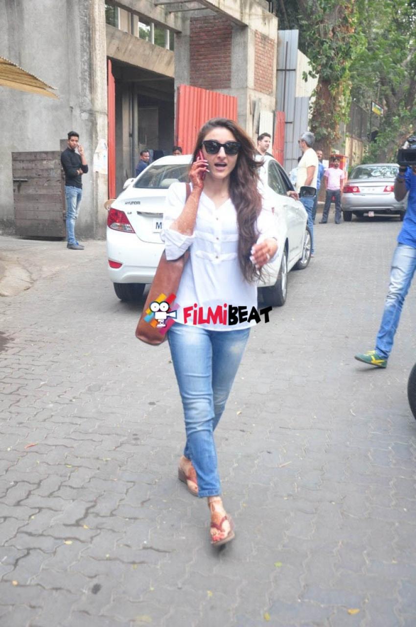 Soha Ali Khan Snapped at Nail Bar Day Photos