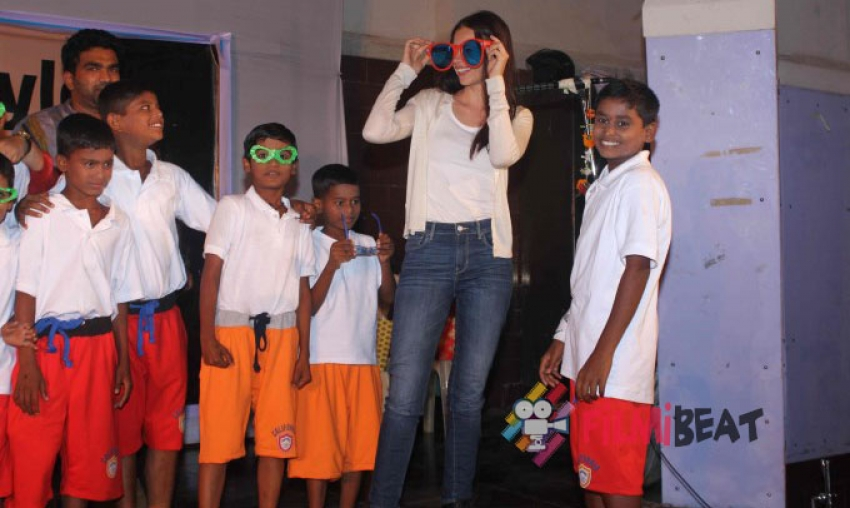 Kalki Koechlin Watches The Play Ishqiya Dharavi Style Photos