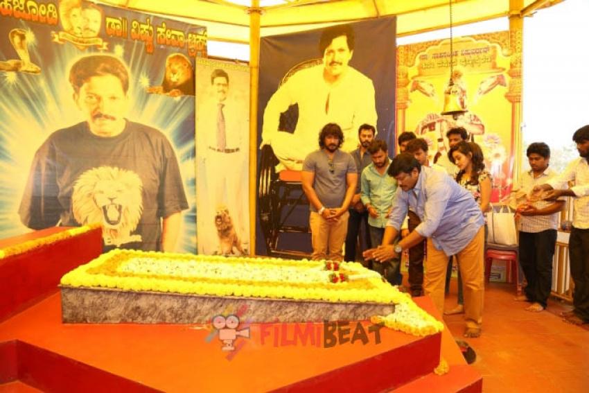 Actor Parthiban Visits Dr Rajkumar, Dr Vishnuvardhan & Balakrishna Memorials & Pays Homage Photos