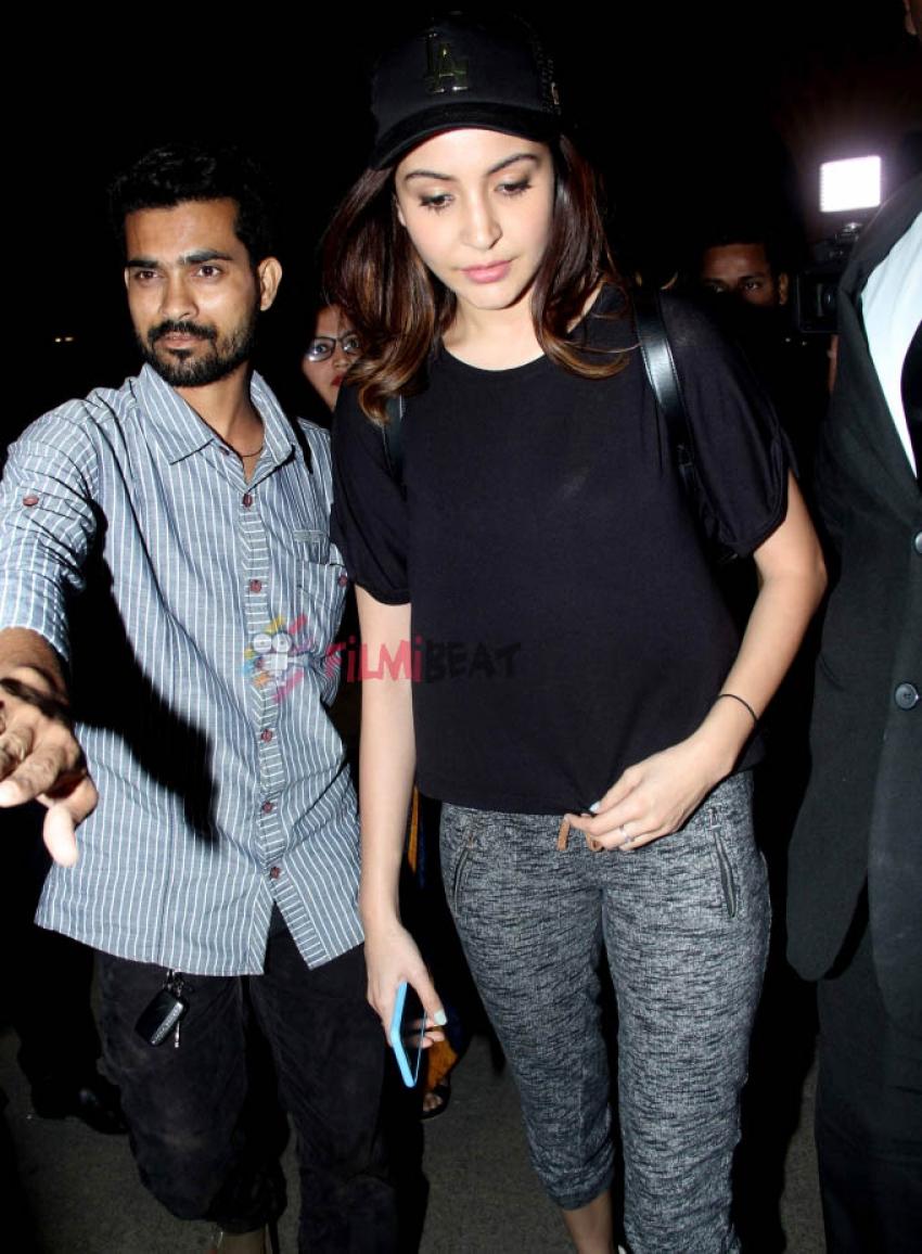 Anushka Sharma Snapped At Airport Photos