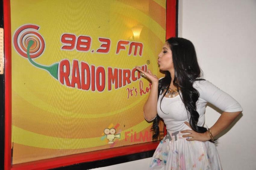 Ayushmann Khurana & Bhumi Pednekar Promote 'Dum Laga Ke Haisha' At 98.3 Radio Mirchi Photos
