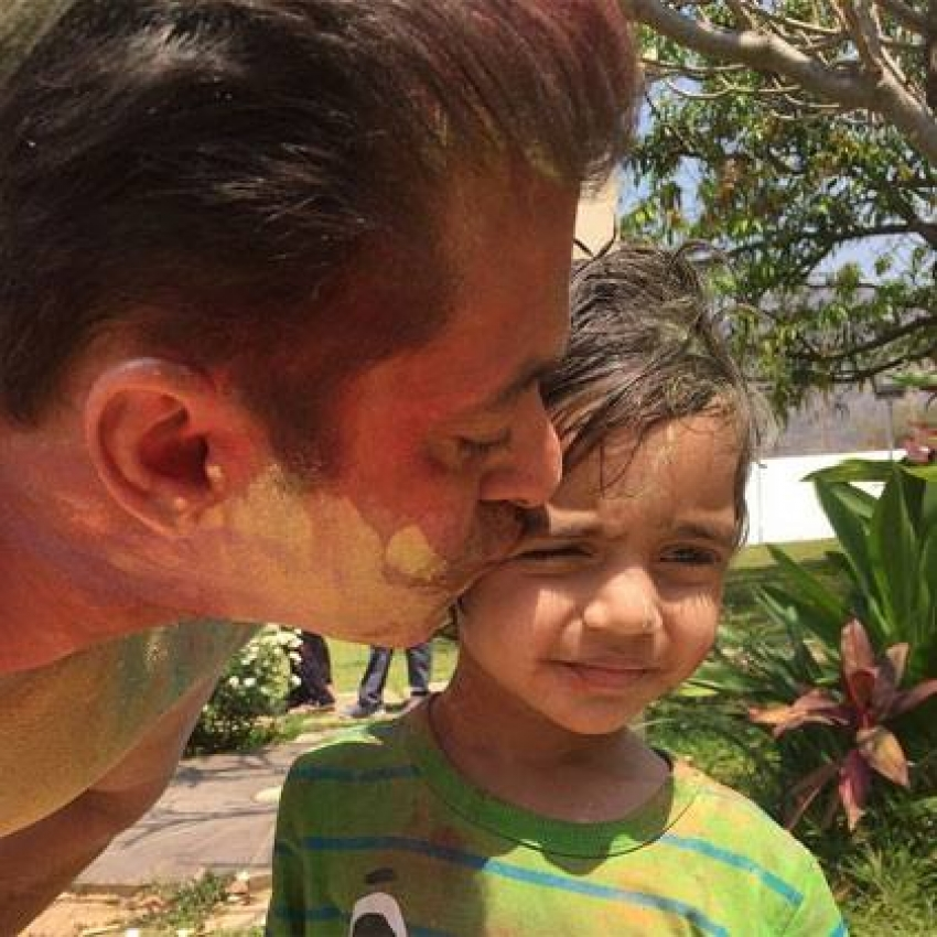 Salman Khan Celebrates Holi with his Family Photos