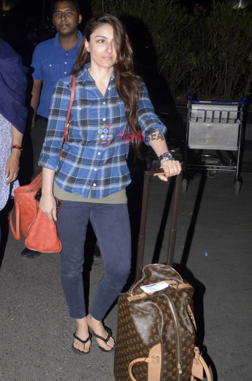 Anushka Sharma & Soha Ali Khan Snapped At Airport Photos