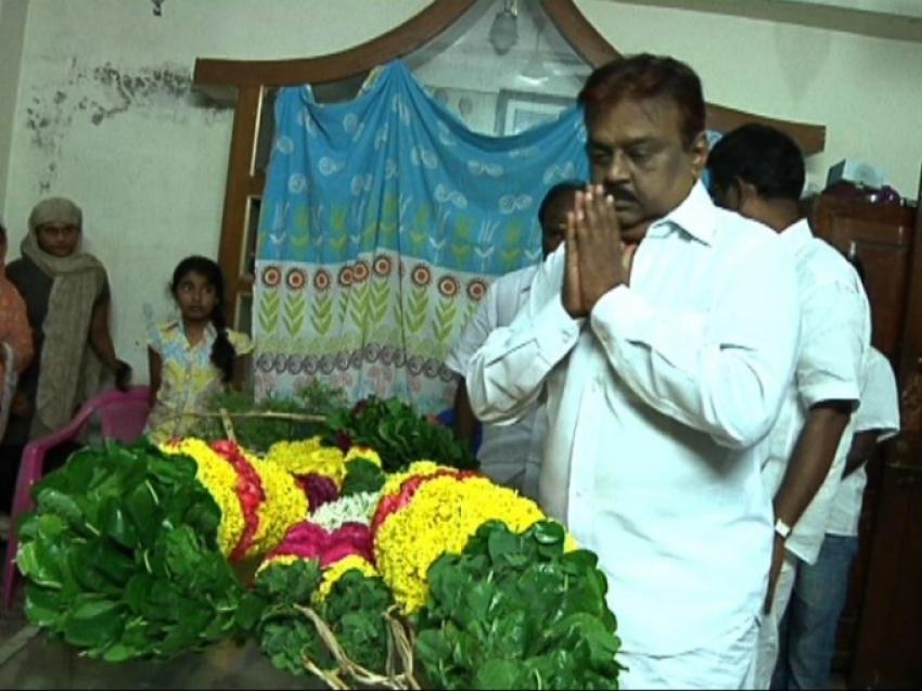 Vijayakanth Last Respect to Director Ameerjaan Photos
