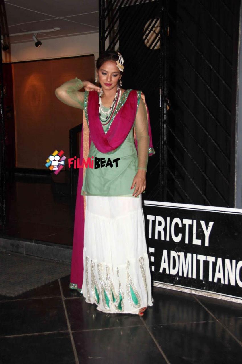 Huma Qureshi Watches Neetu Chandra's Play Umrao Jaan Photos