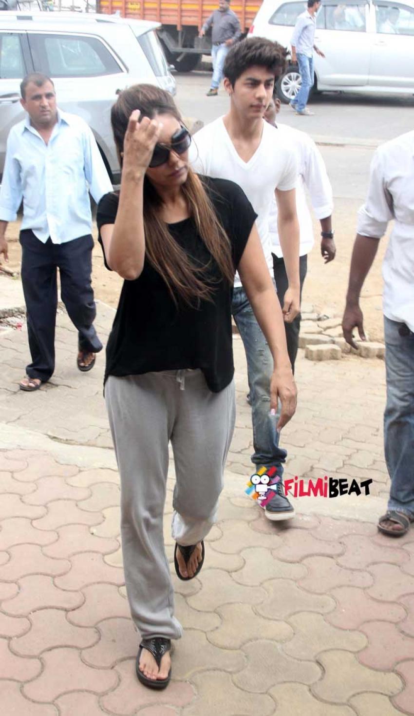 Aryan Khan & Gauri Khan At The Funeral Of SRK's Spot Boy Subhash Dada Photos