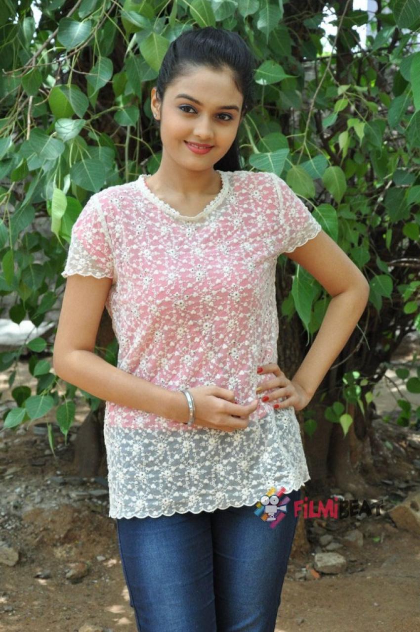 Pragathi (New Telugu Actress) Photos [HD]: Latest Images