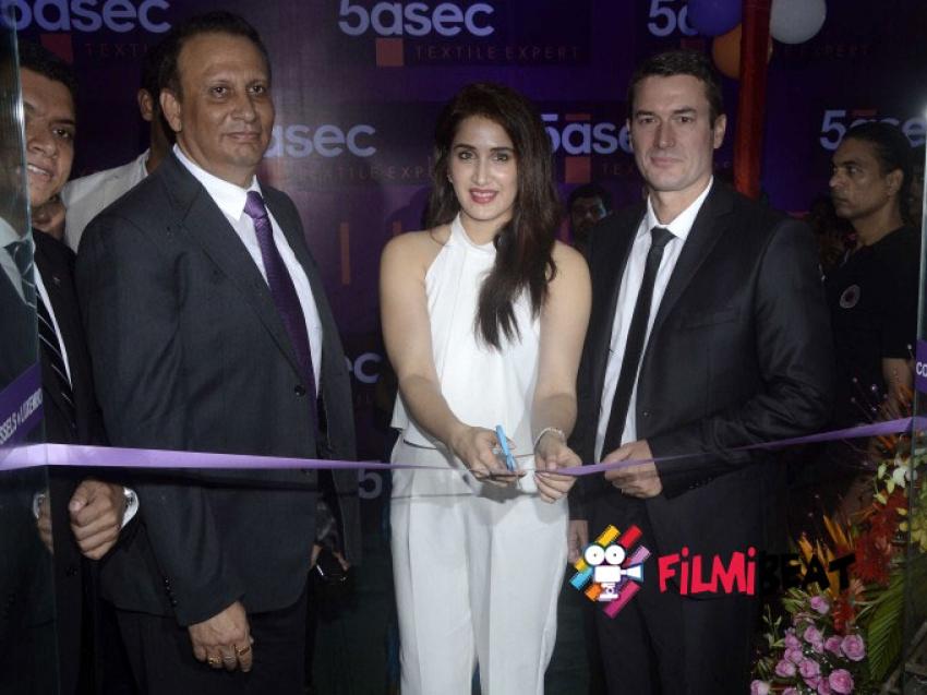 Sagarika Ghatge Inaugurates 5aSec Dry Cleaning Store Photos