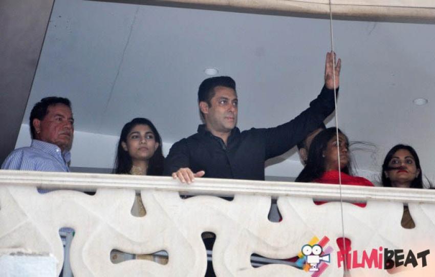 Salman Khan Celebrates Eid-ul-Fitar 2015 Photos