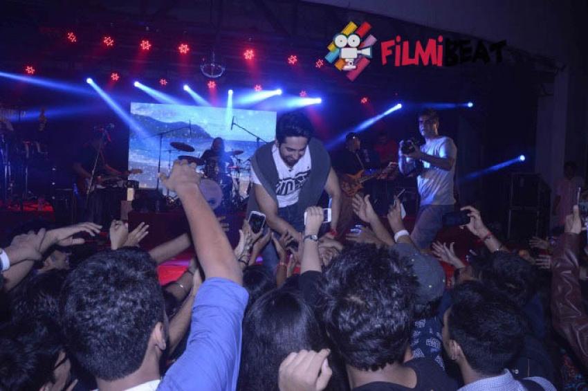 Ayushmann Khurrana Performing At Umaang Festival 2015 Photos