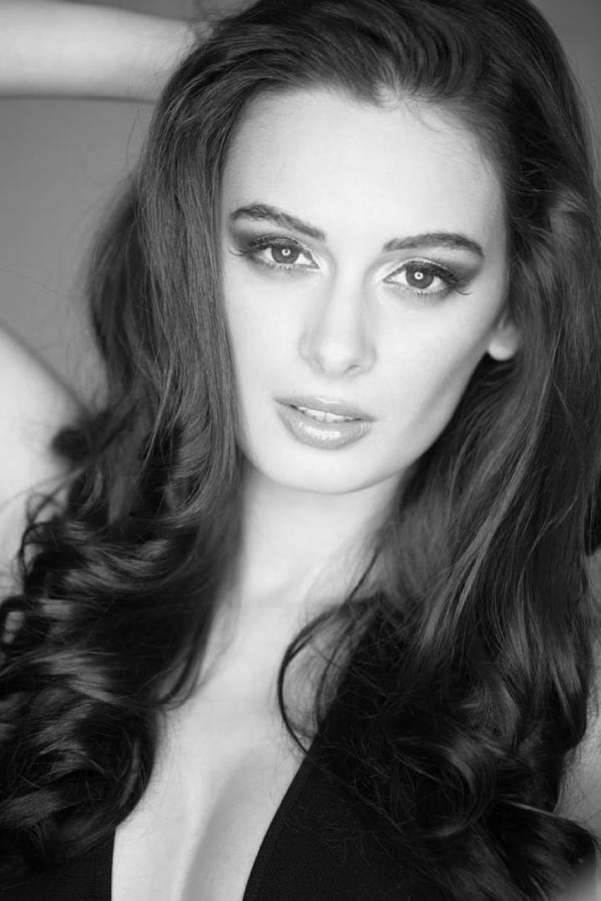 Evelyn Sharma Hot Bikini Pics Photos