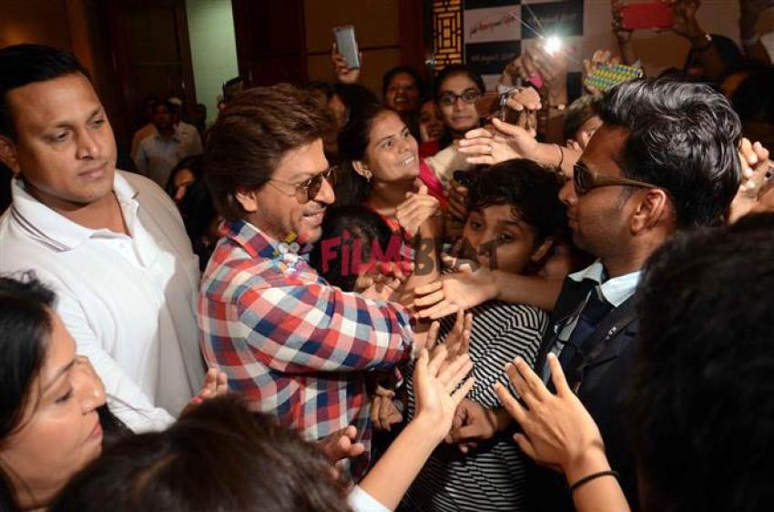 Shahrukh Khan Promote Jab Harry Met Sejal In Ahmedabad Photos