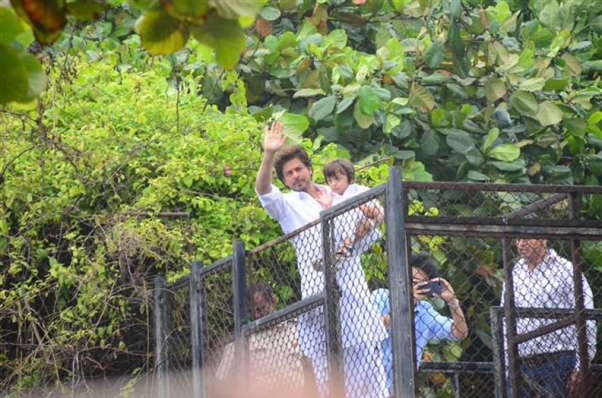 Shahrukh Khan Wishes Ramadan 2017 At His Residence Mannat Photos