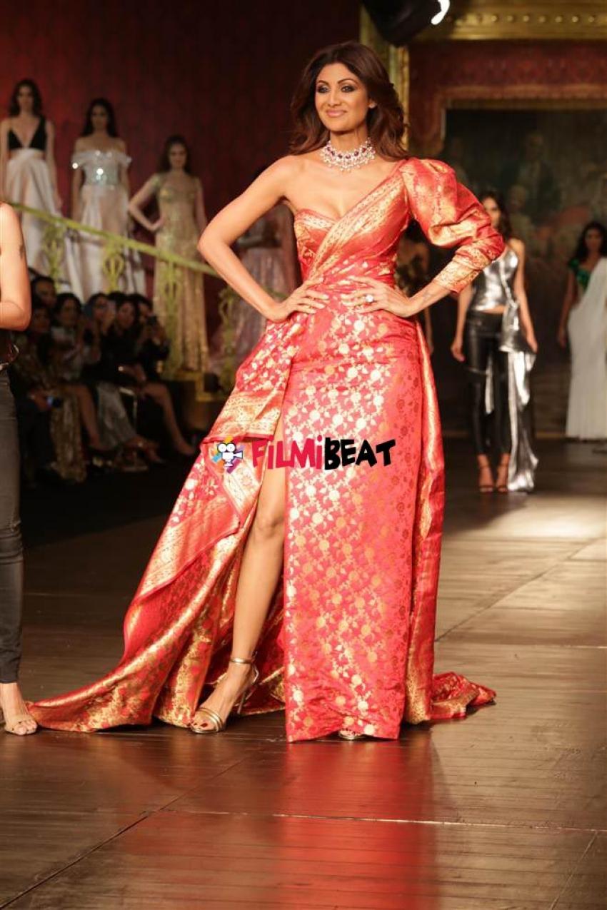 Shilpa Shetty Walks The Ramp For  Monisha Jai Sing Photos