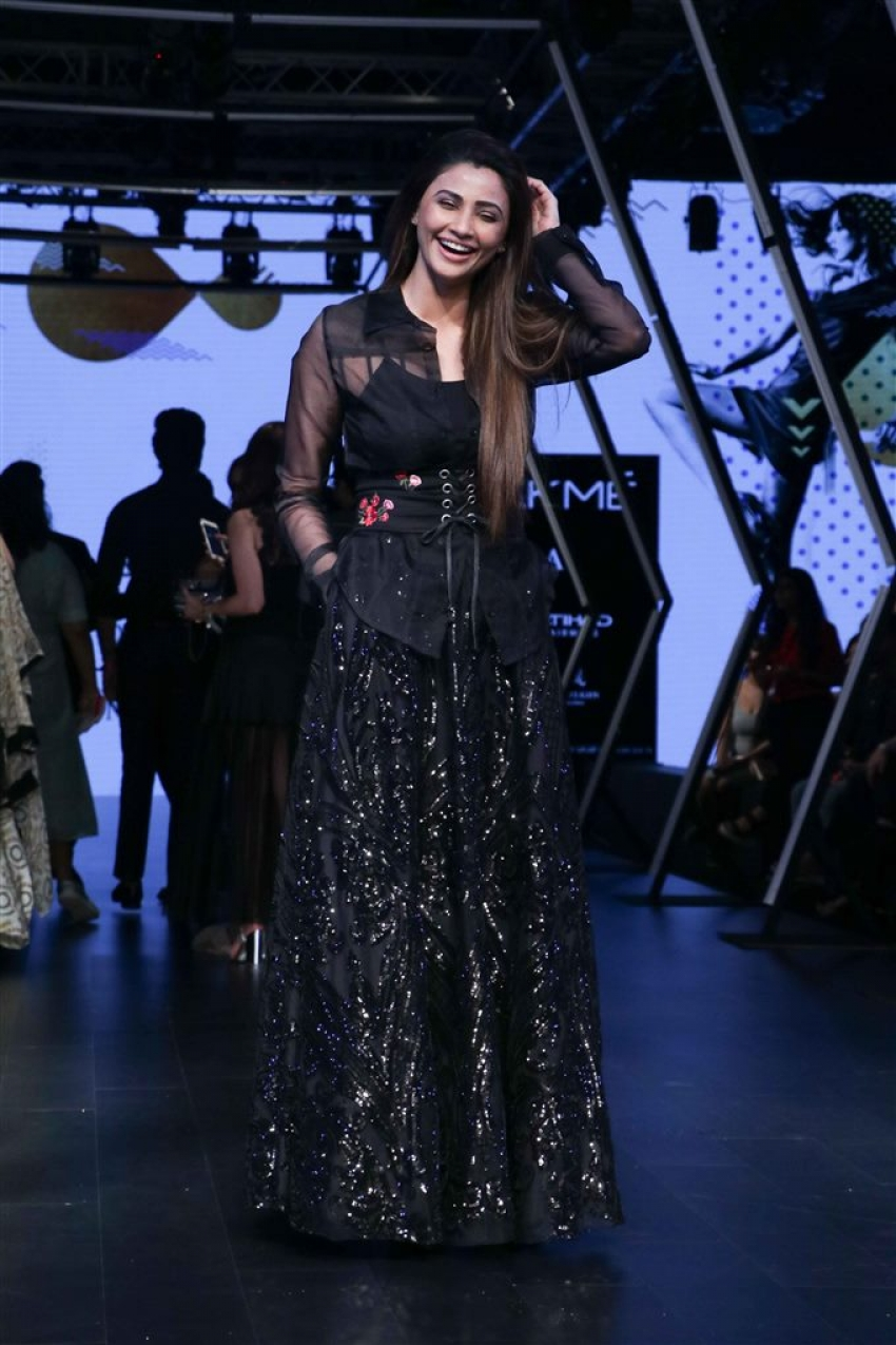 Daisy Shah Walks The Ramp At Lakme Fashion Week 2017 Photos