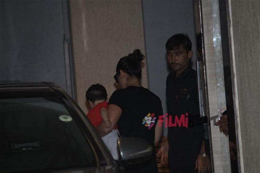 Kareena Kapoor Spotted With His Son Taimur At Babita's House Photos