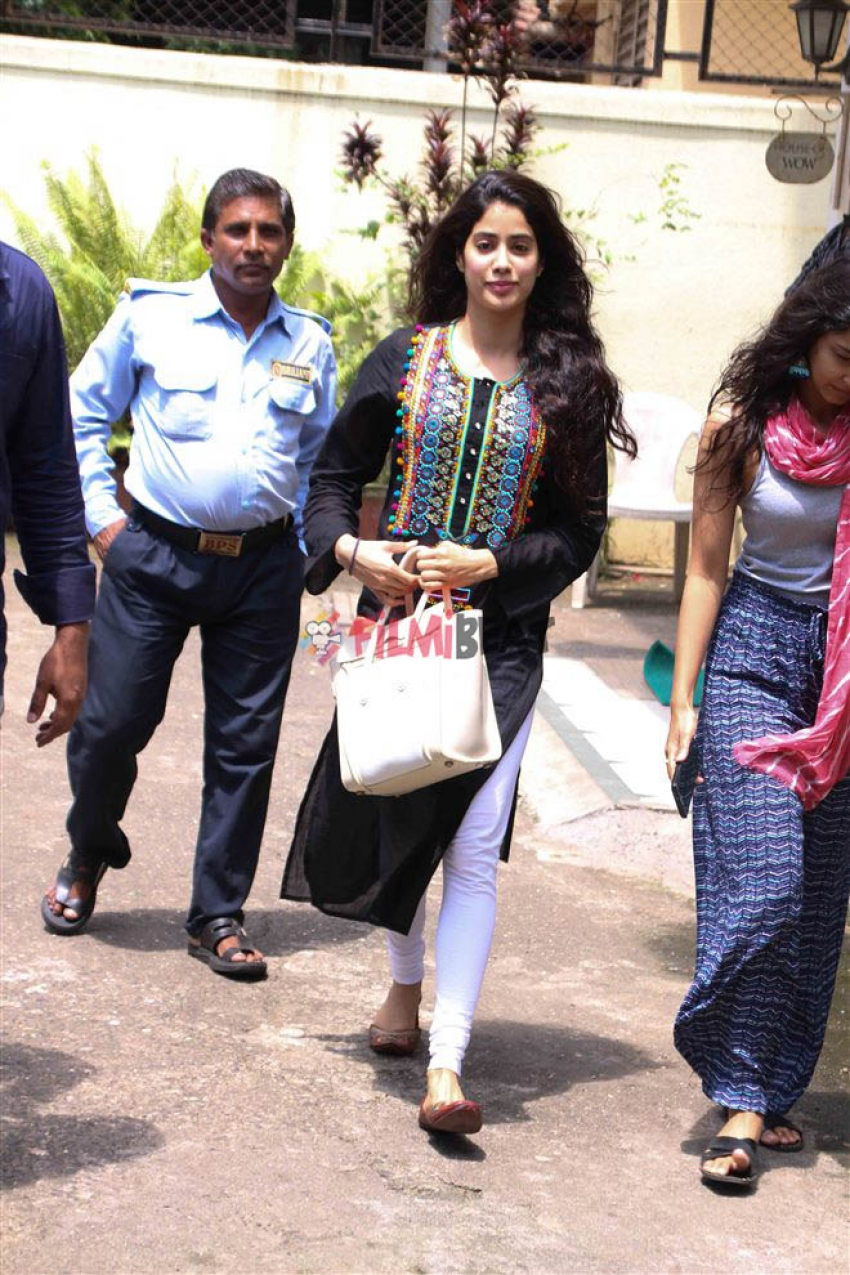Jhanvi Kapoor Spotted At Bandra For Dance Session Photos