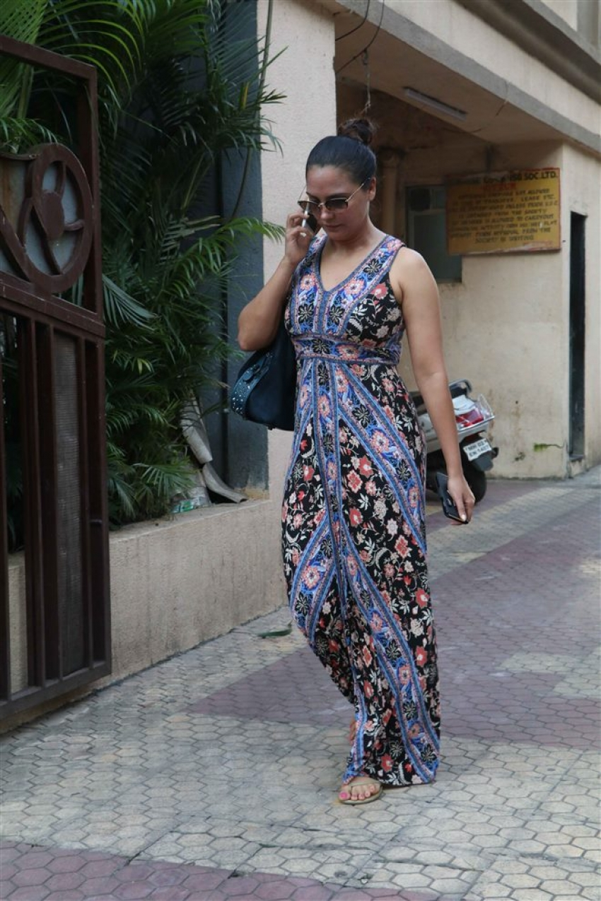 Karishma Kapoor & Lara Dutta Spotted At Bandra Photos