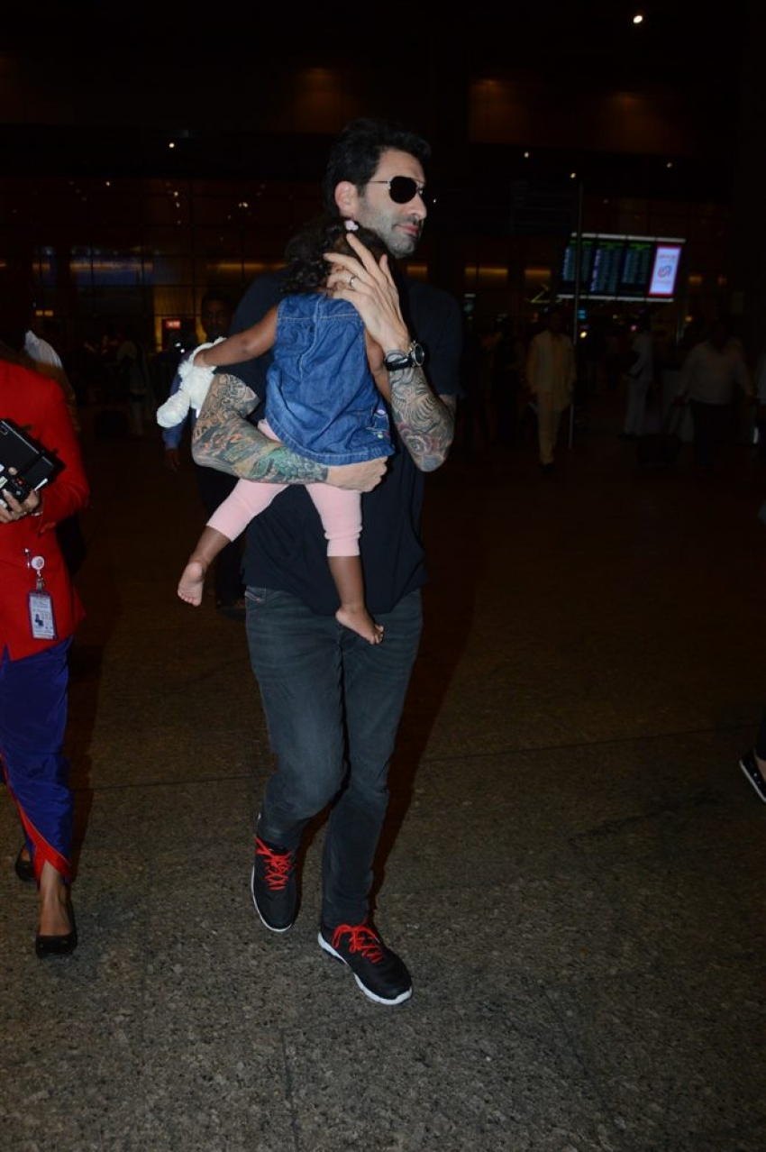 Sunny Leone & Daniel Weber With Daughter Nisha Kaur Spotted At Airport Photos