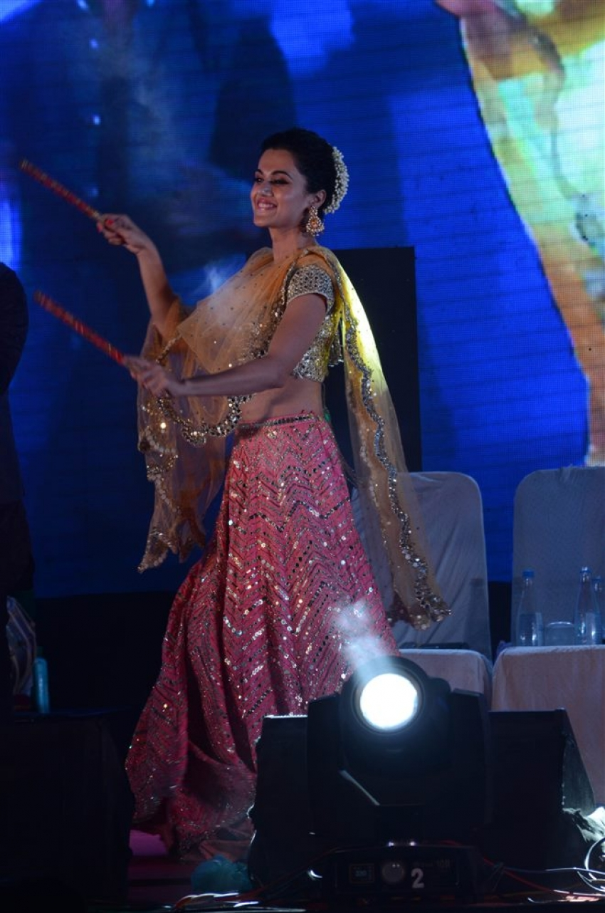Varun Dhawan And Taapsee Pannu Celebrated Navratri In Ahemndabad Photos