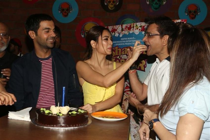 Kriti Kharbanda Celebrates Her Birthday With Shaadi Mein Zaroor Aana Cast Photos
