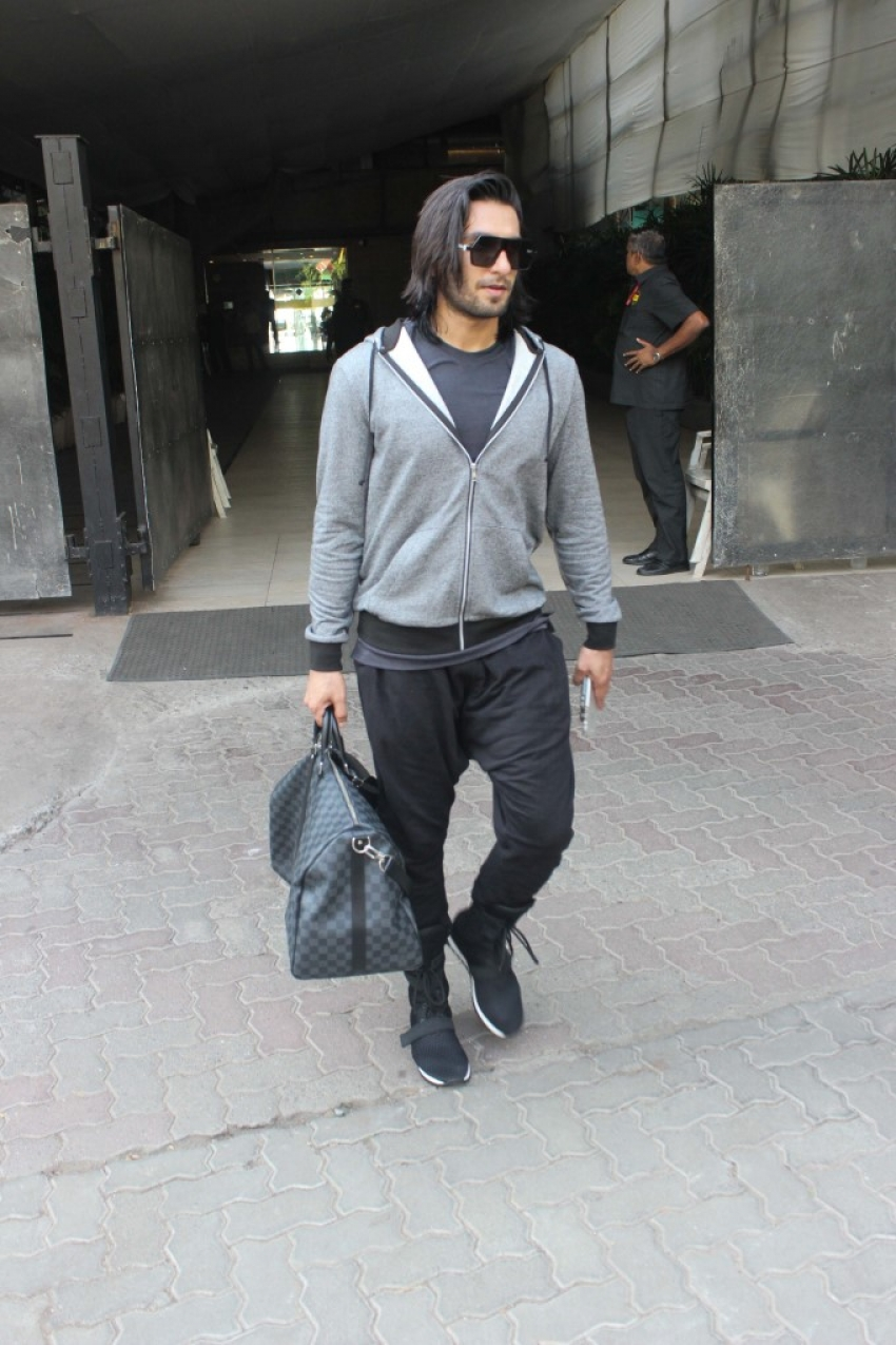 Ranveer Singh Spotted At Ooters Club Bandra Photos