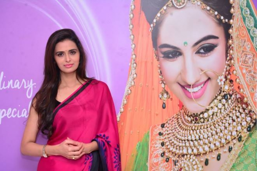 Meenakshi Dixit launches Naturals Salon Photos