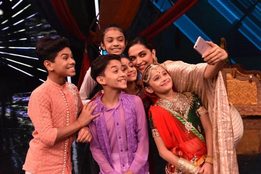Deepika Padukone Promote Padmavati On Super Dance Show Photos