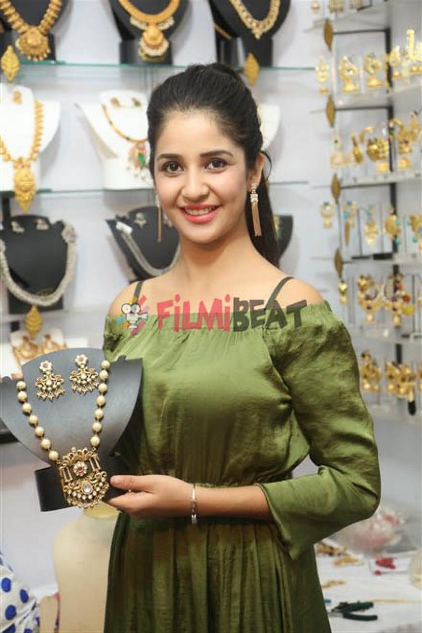 Kashish Vohra Launches National Silk Expo at Satya Sai Nigamagamam Photos