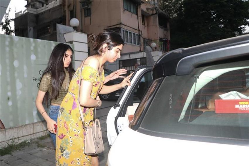 Khushi Kapoor Spotted At Juhu, Mumbai Photos