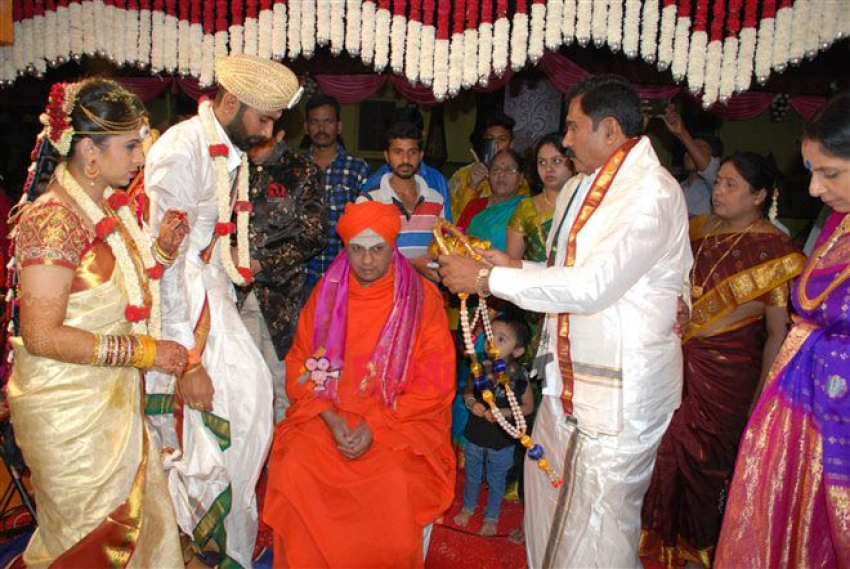 Loose Mada Yogesh Weds Sahithya Photos