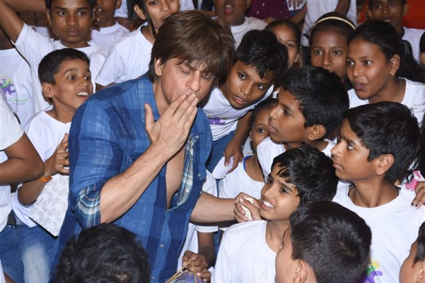 Shahrukh Khan Celebrates Children's Day With Underprivileged Kids Photos