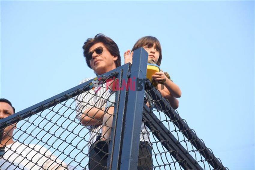 Shahrukh Khan Waves At His Fans For His Birthday At Mannat Photos