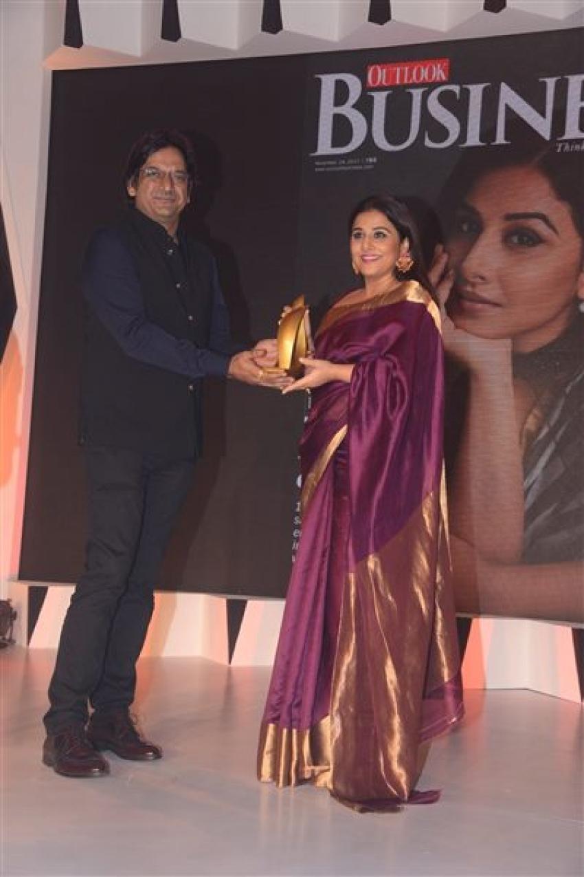 Vidya Balan Receives Outlook Award 2017 Photos