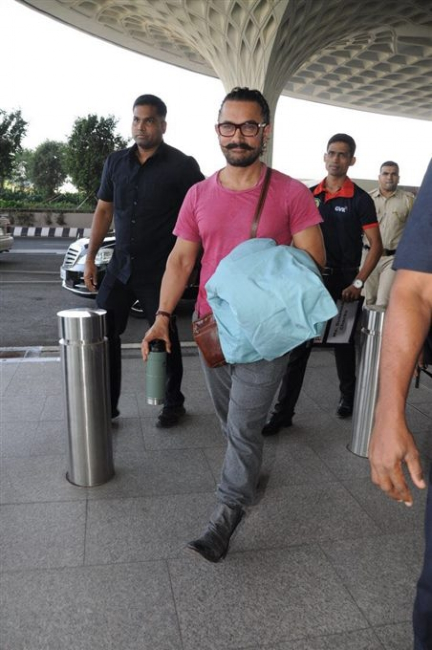 Aamir Khan Spotted At Mumbai Airport Photos