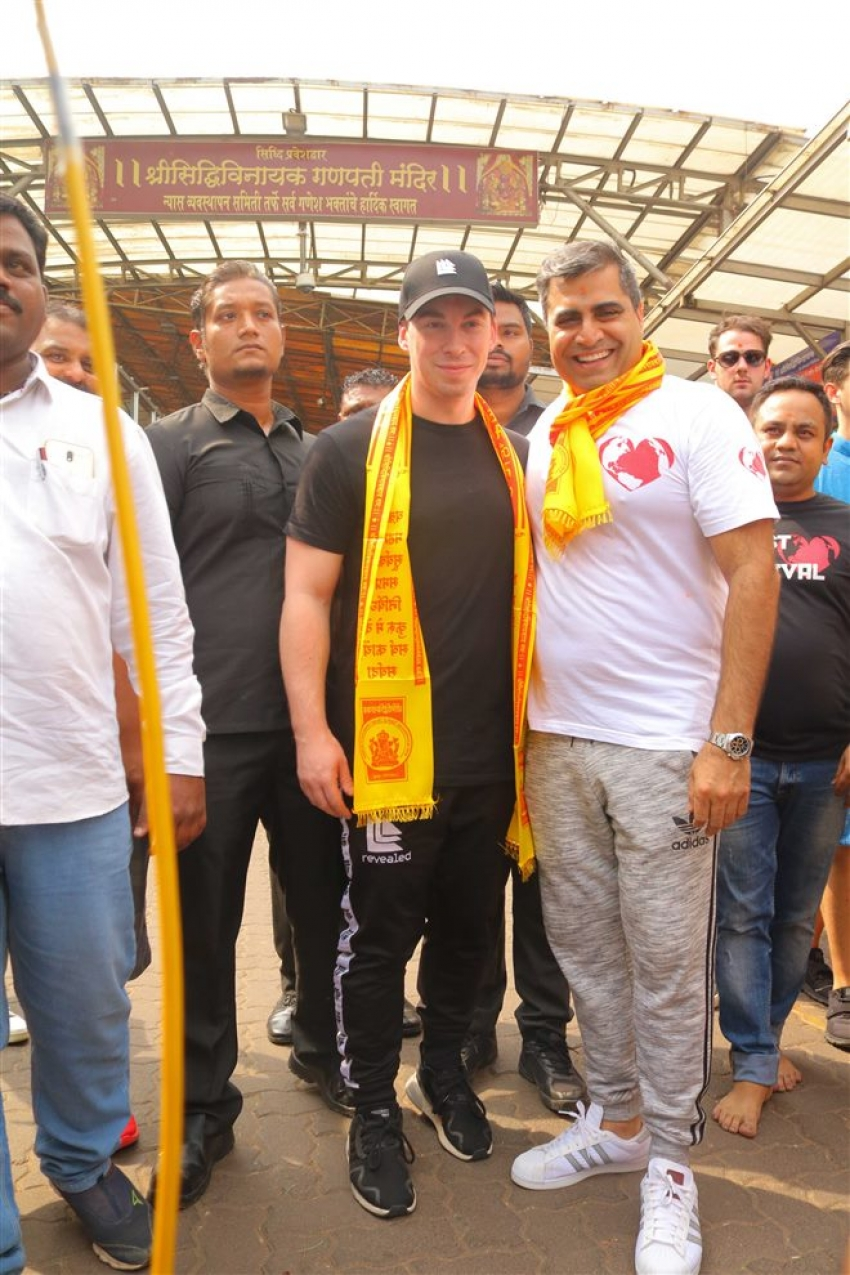 DJ Hardwell Visits Siddhivinayak Temple Photos