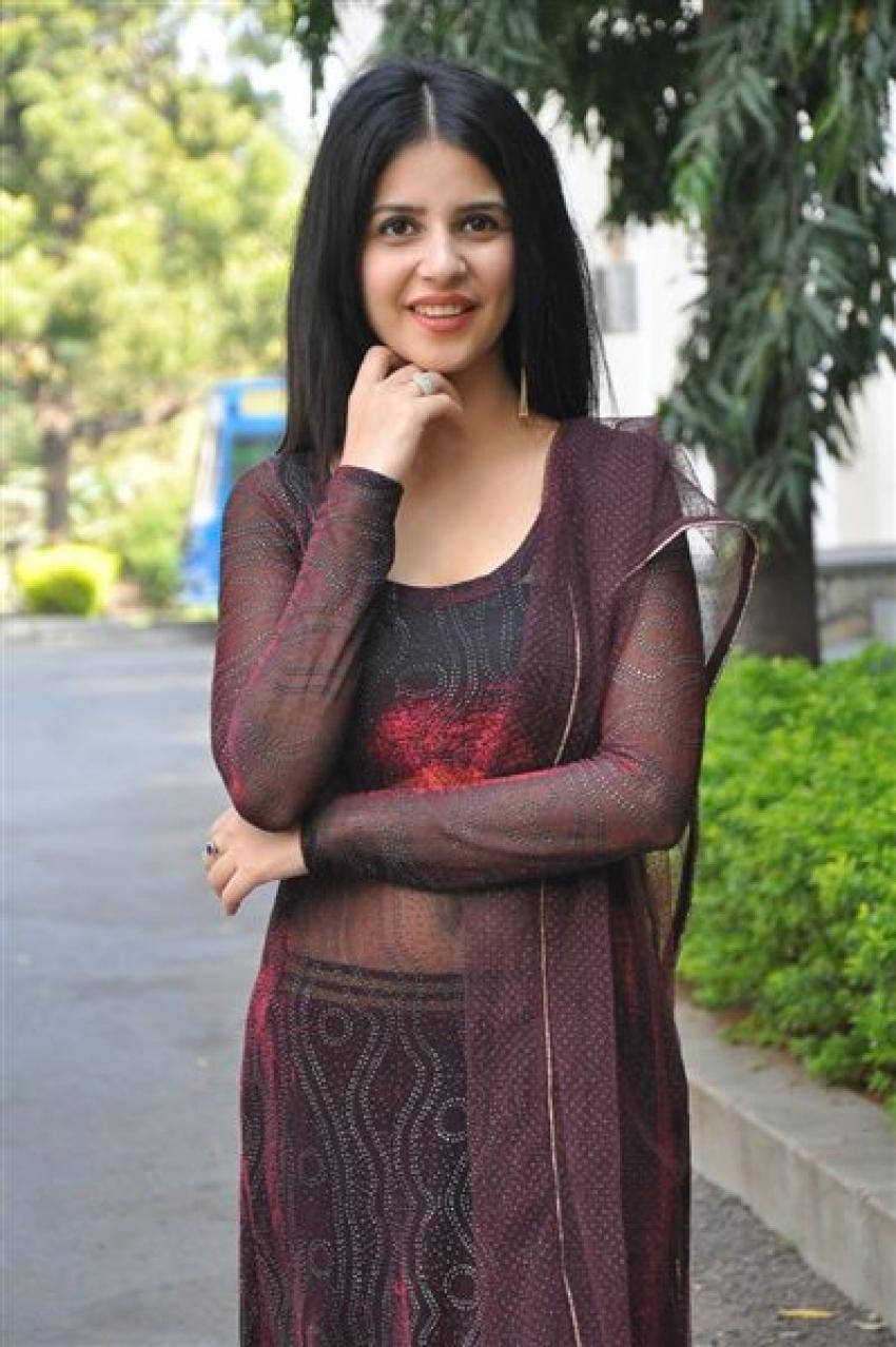 Kashish Vohra Photos