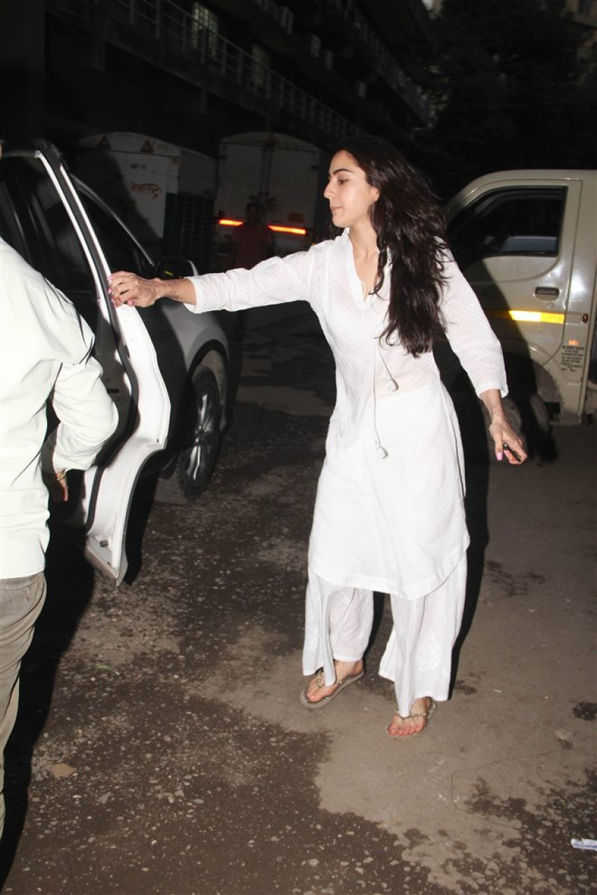 Sara Ali Khan With Mom Spotted At Andheri Photos