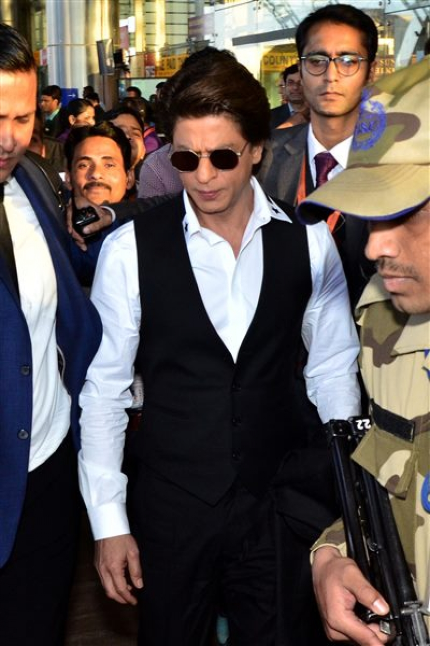 Shahrukh Khan Spotted At Jaipur Airport Photos