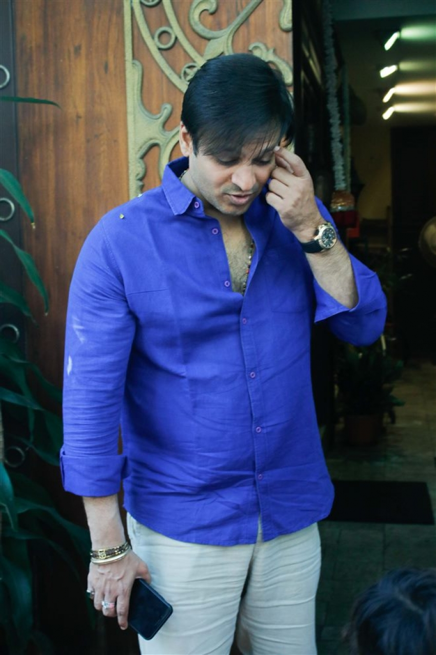 Vivek Oberoi With Fans Spotted At Juhu Photos